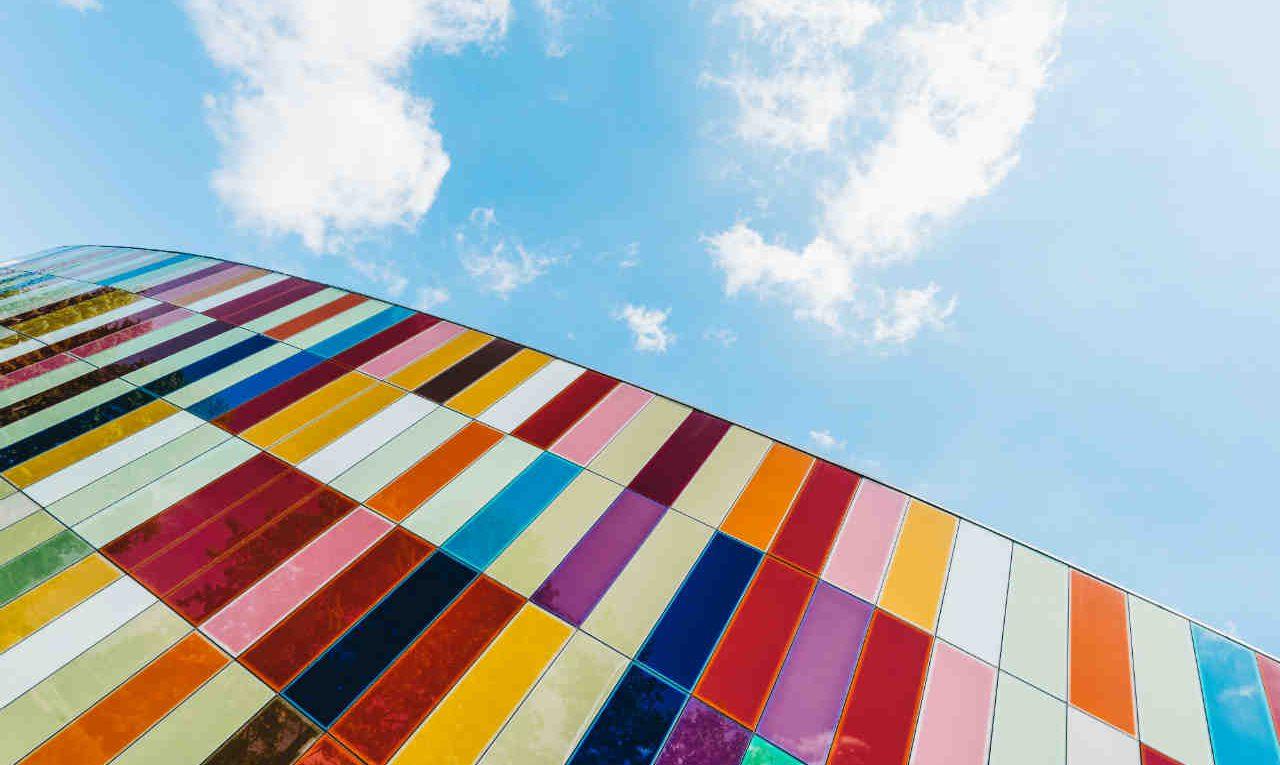 kleurrijke panelen gebouw